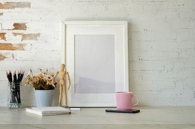 Cartaz de maquete com material de escritório em casa na mesa branca