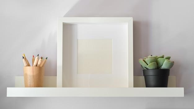 Cartaz de maquete com planta na prateleira branca