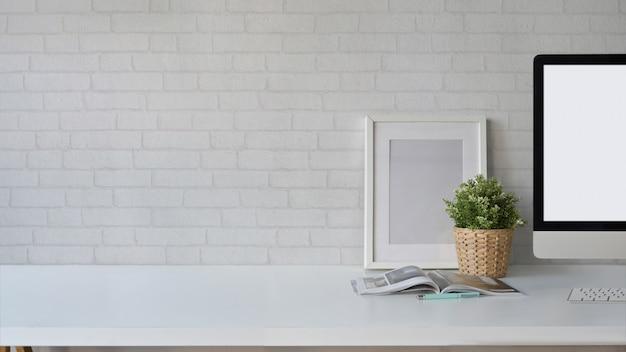 Cartaz de maquete de espaço de trabalho do sotão com computador desktop de tela em branco e espaço de cópia.
