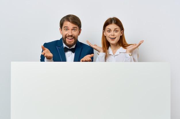 Cartaz de maquete de funcionários de comunicação branco apresentação de emoções de homem e mulher.