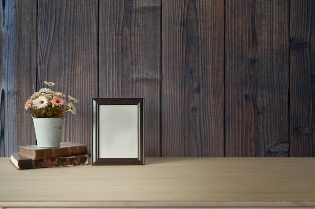 Cartaz de maquete e flor na mesa, espaço de trabalho e copie o espaço