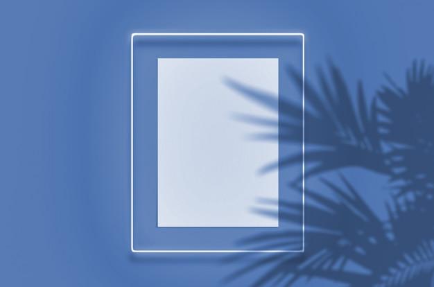 Cartaz de maquete em uma moldura de néon com um brilho. cena com sombras de palmeiras de sobreposição tropical com espaço livre dentro. cor do ano 2020 classic blue