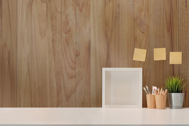 Cartaz de maquete no espaço de trabalho e cópia de espaço. Foto Premium