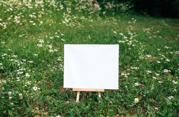 Cartaz de modelo de maquete vazio branco pintura de lona
