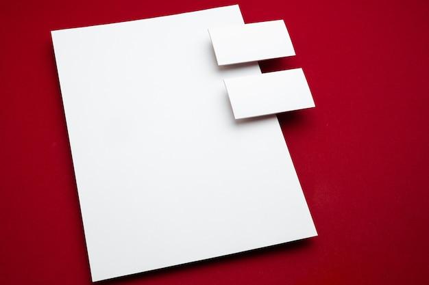 Cartaz de panfleto em branco isolado em vermelho para substituir seu projeto.