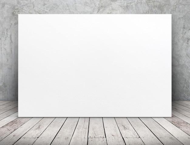 Cartaz de papel branco longo em branco encostado na parede de concreto no piso de tábua de madeira na sala