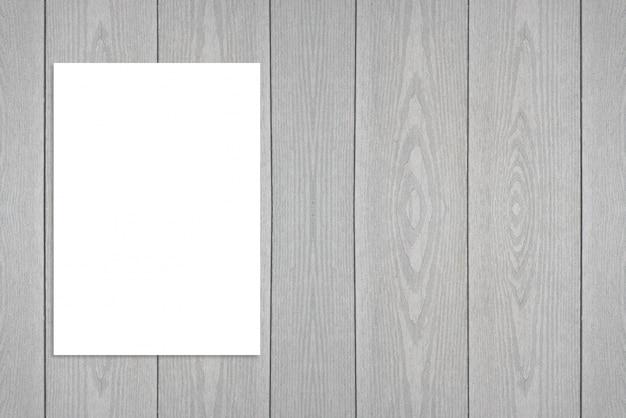 Cartaz de papel dobrado em branco pendurado na parede de madeira