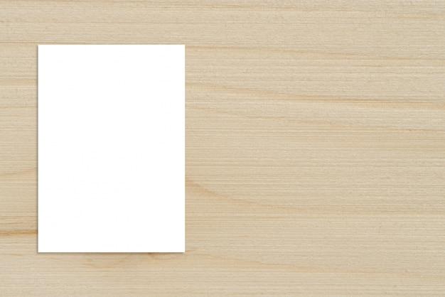 Cartaz de papel dobrável em branco pendurado na parede de madeira, maquete de modelos para adicionar seu design.