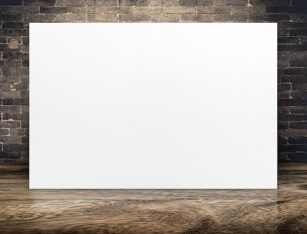 Cartaz de papel em branco longo em branco na parede de tijolo de grunge e piso de madeira