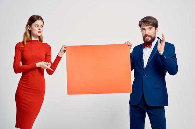 Cartaz de propaganda de desconto de apresentação de homem e mulher alegre