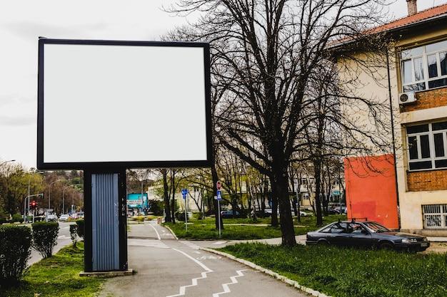 Cartaz de propaganda em frente ao prédio de apartamentos na cidade
