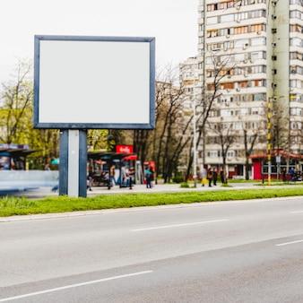 Cartaz de propaganda pela estrada na cidade
