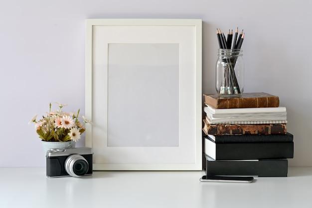 Cartaz de quadro em branco de maquete no espaço de trabalho de hipster