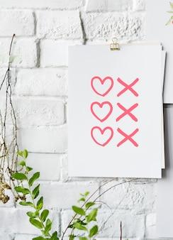 Cartaz de símbolos de corações e beijos na parede branca