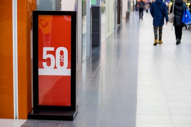 Cartaz de venda comercial em shopping