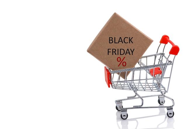 Cartaz de venda na sexta-feira negra com carrinho de compras e caixa de papel