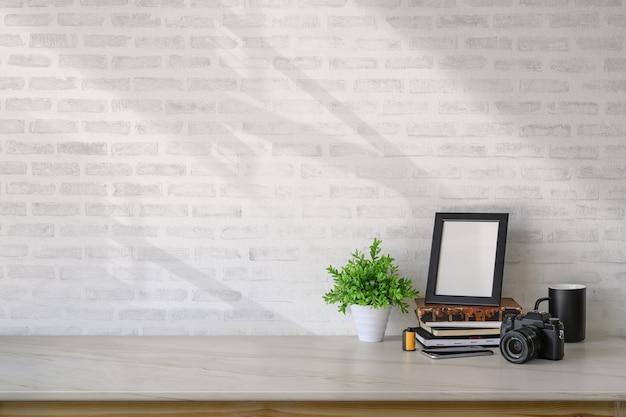 Cartaz do modelo e acessórios do estúdio em casa na mesa de mármore e no espaço da cópia.