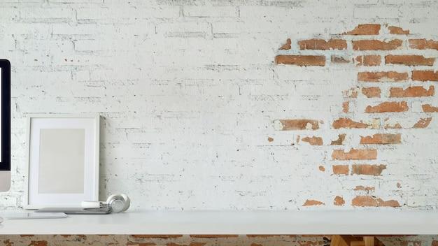 Cartaz do modelo e espaço da cópia na mesa.