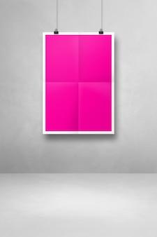 Cartaz dobrado rosa pendurado em uma parede branca com clipes. modelo de maquete em branco