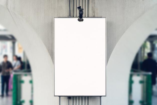 Cartaz em branco do quadro de avisos no armazém, com espaço da cópia para anunciar a mensagem.