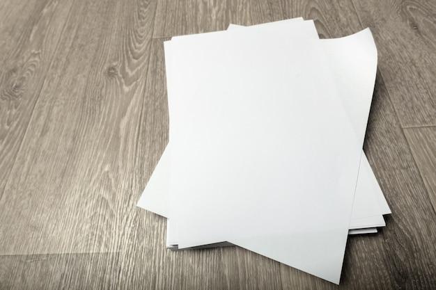 Cartaz em branco na madeira para substituir o seu