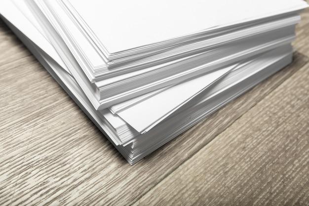 Cartaz em branco na madeira para substituir