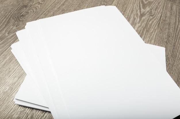 Cartaz em branco na madeira