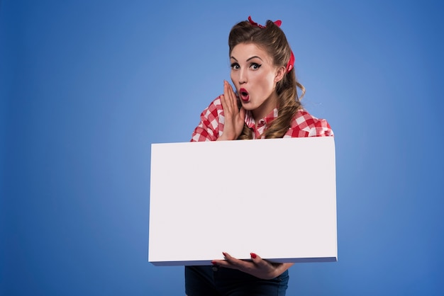 Cartaz horizontal segurado por uma mulher fixa Foto gratuita