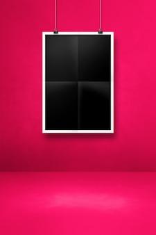 Cartaz preto dobrado pendurado em uma parede rosa com clipes. modelo de maquete em branco