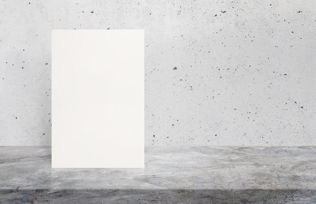 Cartaz vazio do livro branco no tampo da mesa de madeira na parede de tijolo velha, zombaria do molde acima.
