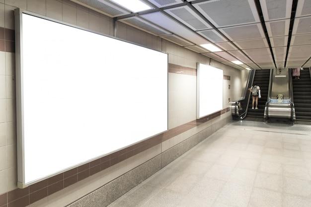 Cartazes de outdoor em branco na estação de metrô para publicidade.