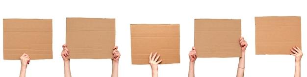 Cartazes de papelão nas mãos. isolado no branco. conjunto. copie o espaço.