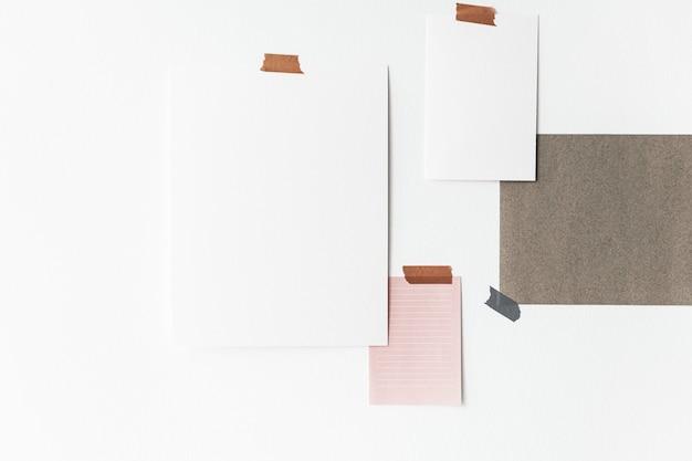 Cartazes em branco costurados em uma parede