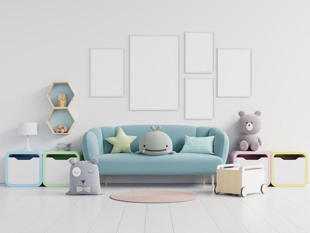 Cartazes em branco e sofá com brinquedos e caixas.