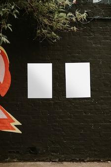Cartazes em branco na parede