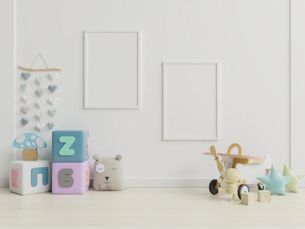 Cartazes em branco no interior do quarto de criança.
