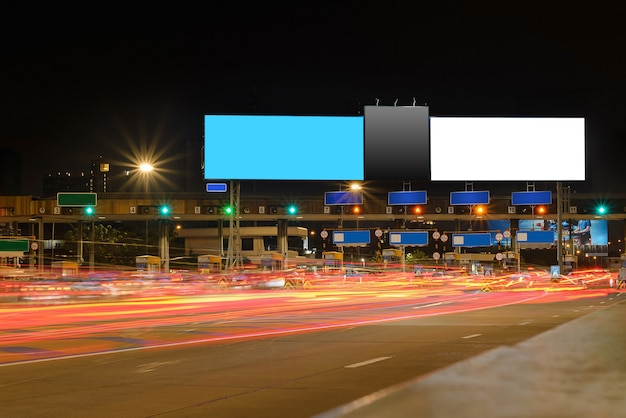 Cartazes na rua à noite para comunicação publicitária