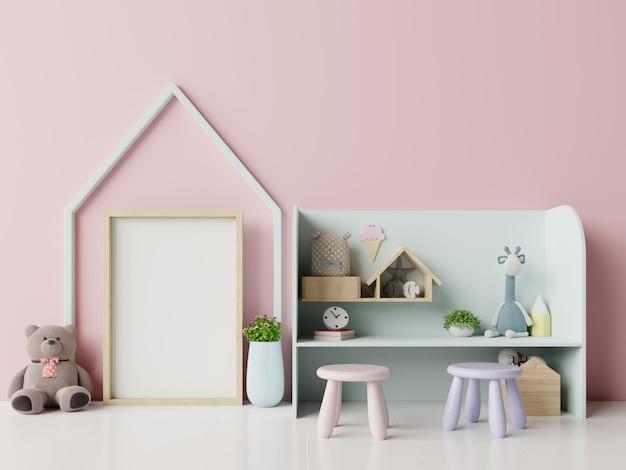Cartazes no interior do quarto de criança em fundo rosa.