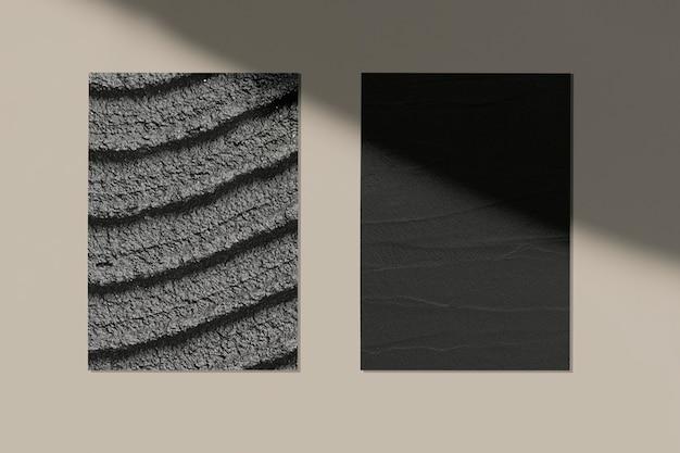 Cartazes pretos em uma parede bege