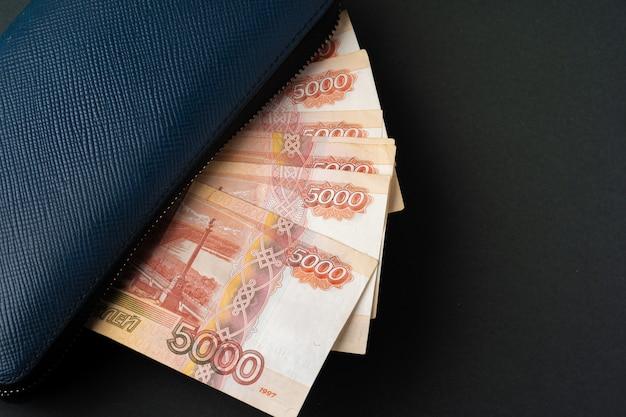 Carteira azul cheia de dinheiro rublo russo