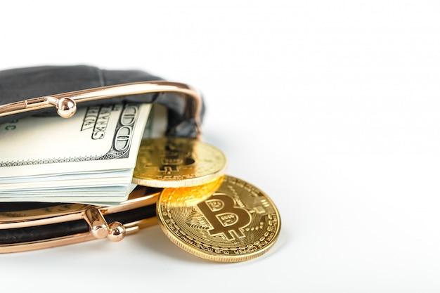 Carteira clássica preta com dólares e moedas de bitcoin em uma parede branca.