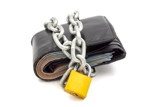 Carteira com corrente e cadeado em um fundo branco. conceito de segurança financeira