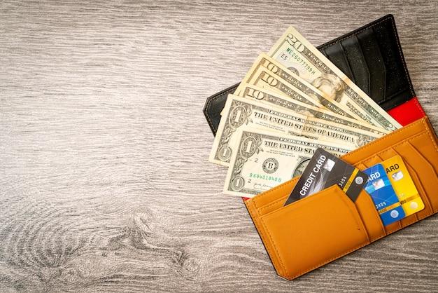 Carteira com dinheiro e cartão de crédito, conceito de economia e finanças