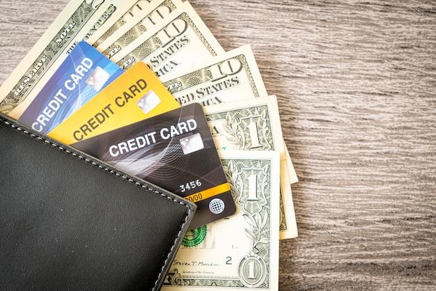Carteira com dinheiro e cartão de crédito - conceito de economia e finanças