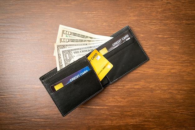 Carteira com dinheiro e cartões de crédito