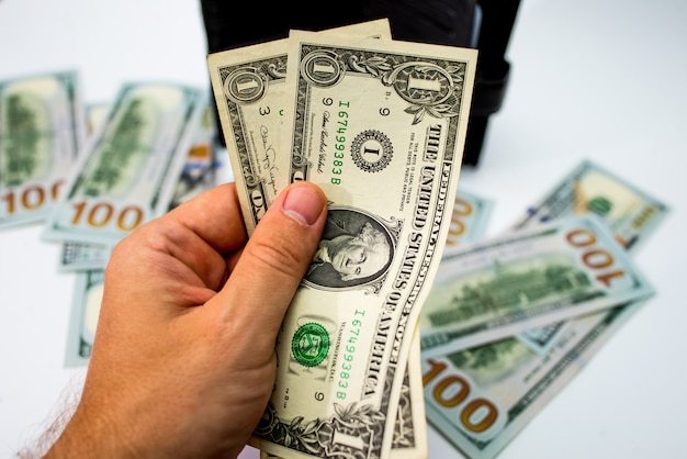 Carteira com dinheiro na mão isolado