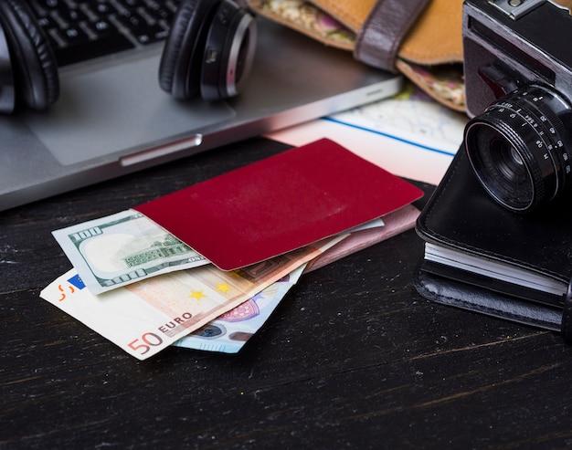 Carteira com euros e câmera