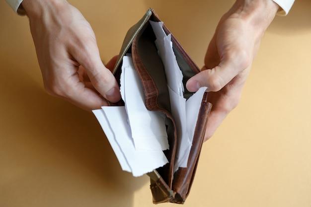 Carteira com papel em vez de dinheiro