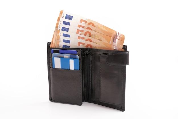 Carteira de cavalheiro com notas e cartões de crédito no fundo branco