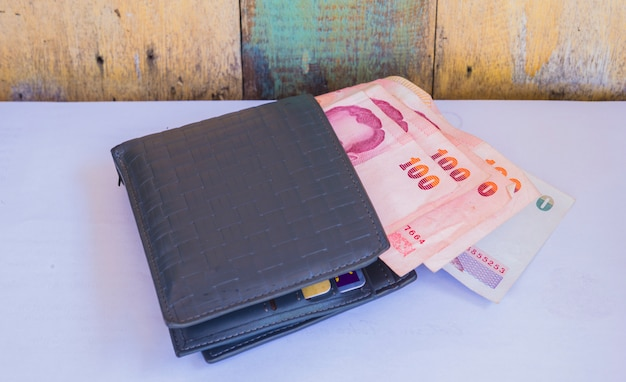 Carteira de couro com 100 banho de notas tailandesas